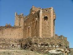 …Toledo: —Hay un gran castillo aquí –murmuró señalando una zona en el centro de la provincia–, en San Martín de Montalbán.…Perfecto, Silvia. El origen del castillo de San Martín de Montalbán es anterior al de Calatrava La Nueva, pero muchos elementos importantes, como sus torres albarranas, son posteriores.
