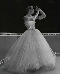 Robe de tulle blanc a jupe retrousse, 1953 ribboned bodice tulle gown Vintage Outfits, Vintage Gowns, Vintage Bridal, Vintage Clothing, Retro Mode, Vintage Mode, 1950s Style, Vintage Glamour, 1950s Fashion