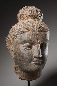 Lot : KOPF DES BUDDHA SHAKYAMUNI - Grauer Schiefer. Gandhara, Pakistan – Afghanistan, 2.[...] | Dans la vente Art d'Asie à Galerie Zacke