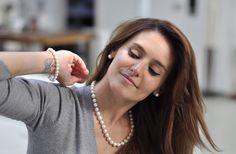 Bracelets et Colliers de perles Boucles d'oreilles Clous http://joyauxdesmers.com  Modèle : Livia Philippe Photo : Emmanuel Queritet - Agence Happy