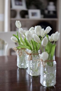 In spring we want to surround ourselves with flowers and bright colors. A little flower arrangement makes such a big difference to a table. It makes t
