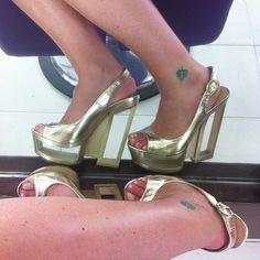 Sexy @Malandriello con sus wedges doradas de Traffic