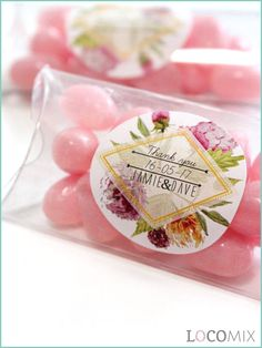 A perfect wedding favour that can be fully personalised is this Mini Pillow Box. These are small transparent boxes filled with the sweets of your choose. You can personalise this favour by using our online design tool for the sticker, at LocoMix.eu/uk!