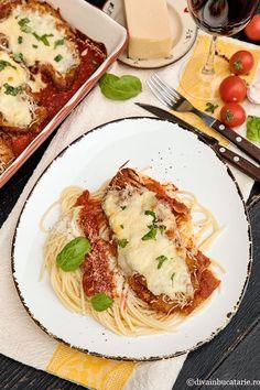 Pui cu parmezan si mozzarela - Pui Parmigiana | Diva in bucatarie Fajitas, Mozzarella, Carne, Spaghetti, Meat, Chicken, Ethnic Recipes, Food, Meal