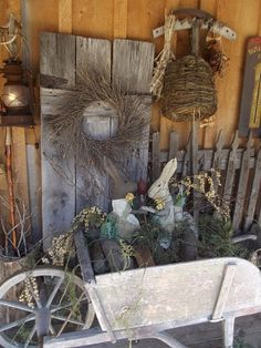 Awesome Rustic Easter And Spring Decoration Ideas Primitive Homes, Primitive Kunst, Country Primitive, Primitive Outdoor Decorating, Porch Decorating, Decorating Ideas, Primitive Decor, Decor Ideas, Country Crafts