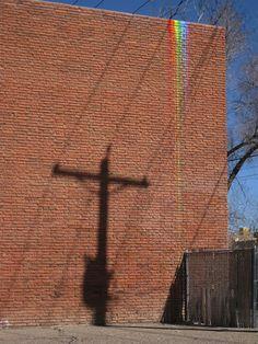 Artista anônimo cria arco-íris aleatórios em sua cidade para lidar melhor com a depressão: http://followthecolours.com.br/art-attack/artista-anonimo-cria-arco-iris-aleatorios-em-sua-cidade-para-lidar-melhor-com-a-depressao/