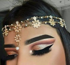 The most trend in eyeshadow was this caused the glitter eyeshadow looks decent, it combines with a lot of things and if u like attention u can used this type of eyeshadow. Makeup Is Life, Makeup Goals, Makeup Inspo, Makeup Inspiration, Makeup Tips, All Things Beauty, Beauty Make Up, Cleanser For Combination Skin, Makeup Obsession