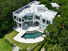 Love this house, just fantastic. Straight lines, modern class.