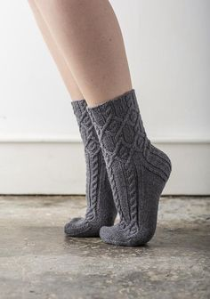 Cassidae by Rachel Coopey (formerly known as Dancinf Feet) / Fingering 4 ply / 32 st = in Stockinette using US size 1 Loom Knitting Patterns, Knitting Stitches, Knitting Socks, Knitting Projects, Hand Knitting, Knitting Tutorials, Stitch Patterns, Knitting Machine, Vintage Knitting