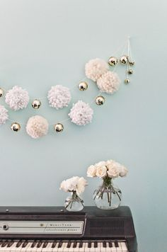 What a lovely #DIY project! Giant Pom-Pom Garland from @Elsie Larson of A Beautiful Mess. This would be a blast to make for the home this time of year. /ES Pom Pom Diy, Pom Pom Tutorial, Pom Pom Wreath, Pom Pom Crafts, Pom Pom Tree, Diy Tassel Garland, White Garland, Garland Ideas, Tassels