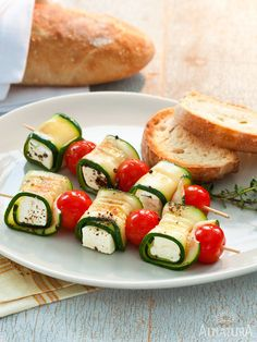 Zucchini cheese skewers - healthy fast finger food for every party *** Quick & healthy party finger food - zucchini-goat cheese-tomato spit Veggie Recipes, Vegetarian Recipes, Snack Recipes, Cooking Recipes, Healthy Recipes, I Love Food, Good Food, Yummy Food, Receta Bbq