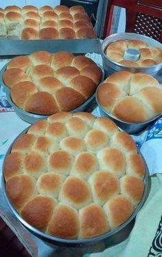 misturar todos os ingredientes deixar crescer até dobrar de volumedepois da massa crescida modele os pães deixe crescer novamentecoloca numaassadeira untada e polvilhada