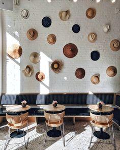 O restaurante Broken Coconut, em Nova York, usou chapéus na decoração! Achamos uma solução criativa e cheia de humor!
