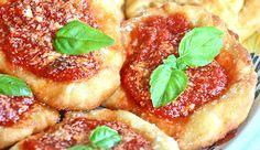 La pizzetta fritta montanara è uno dei capisaldi dello street food partenopeo. Nata nel 1600 ancora oggi i napoletani ne venerano la bontà