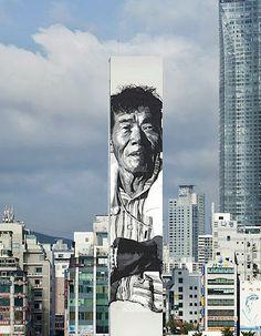 """Überepisches Mural vom deutschen Streetartist ECB (Hendrik Beikirch), der in Südkorea dieses 70m hohe (!) Portrait eines lokalen Fischermannes an das Gebäude der """"Busans Fisher Union"""" malte (zweites Ausrufezeichen! Kein Cutout, wie man es z.B. von JR kennt). Das Gebäude befindet sich zwischen den beiden bekanntesten Stränden Koreas, dem Haeundae und dem Gwangalli-Beach. Ziemlich beeindruckend, auch was der Künstler sonst... Weiterlesen"""