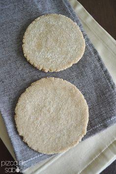 Tortillas de avena (sin gluten) 2 tazas de harina de avena entera, la molemos bien, 1/2 taza de agua tibia, 4 cucharadas de aceite de coco, 1/4 de cucharadita de sal mezclamos todo y amasamos, dividimos en 8 porciones y dejamos reposar 10´, aplastamos y tostamos en una sarten a fuego medio hasta que se doren, guardamos dentro de un trapo para que no se endurezcan Vegan Gluten Free, Gluten Free Recipes, Dairy Free, Vegan Recipes, Fast Metabolism Diet, Metabolic Diet, Salada Light, Real Food Recipes, Cooking Recipes