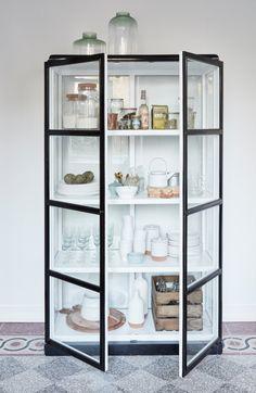La vitrine a progressivement dépoussiéré son image un brin vieillotte pour réinvestir nos intérieurs avec brio. Le vintage poursuit sa course et se diffuse peu à peu dans nos cuisines. Votre collection d'assiettes en porcelaine trônera fièrement à travers les vitres de ce garde-manger pas comme les autres. Et vos légumes aux couleurs chatoyantes viendront eux aussi embellir vos étagères. Optez pour la vitrine dans la cuisine et mêler l'utile à l'agréable.