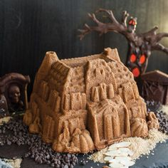 Create a spooky haunted house to decorate with chocolate lava, frosting skeletons and candy insects with this aluminum bundt pan. Halloween Dessert Table, Halloween Party Themes, Halloween Desserts, Halloween Cakes, Halloween Treats, Fun Desserts, Adult Halloween, Halloween Recipe, Halloween Boo