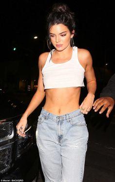 A Kendall Jenner le queda grande hasta la talla más chica de jeans