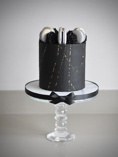 Chocolate cake, with black chocolate buttercream, macarons and gold leaf Best Birthday Cake Designs, 30th Birthday Cakes For Men, Cake Designs For Boy, Cake Design For Men, Candy Birthday Cakes, Elegant Birthday Cakes, Pretty Birthday Cakes, Fondant Cakes, Cupcake Cakes