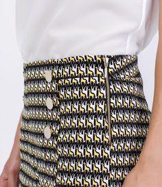 Bermuda feminina  Com estampa de girafas  Com detalhe de botões  Marca: A-Collection  Tecido: algodão com elastano  Composição: 97% algodão e 3% elastano  Modelo veste tamanho: 36       COLEÇÃO VERÃO 2016       Veja outras opções de    bermudas femininas.          Bermudas Femininas   As bermudas femininas são algumas das peças mais versáteis do guarda-roupa das mulheres. Afinal, é sempre bom poder aproveitar uma peça do verão no inverno, não é mesmo? Nada melhor do que pegar aquela…