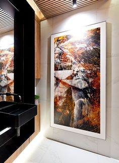 Lavabo, decoração de lavabo, Casacor, com iluminação indireta e madeira. Quadro, plantas e cuba preta.