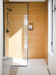 Bad Inspiration, Bathroom Inspiration, Bathroom Ideas, Bathroom Designs, Shower Tile Designs, Restroom Ideas, Glass Tile Bathroom, Tile Bathrooms, Master Bathrooms