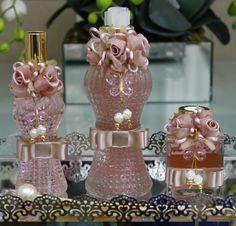 Conjunto Luxo para toalete com flores de seda , pode ser usado como kit madrinha, lembrança de casamento... Varias opções de fragância e adornos decorativos, podem ser feitos combinando com a decoraçao do seu evento.  Kit  1 sabonete liquido 250ml,  1 home spray 110ml,  1 aromatizador 120ml  Vare...