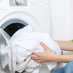 Vodca, café e bola de tênis: veja 9 truques para lavar roupa