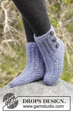 Cozy Buds - Knitted slippers with texture and garter stitch. The piece is worked in DROPS Eskimo. - Free pattern by DROPS Design Drops Design, Tunic Sewing Patterns, Knitting Patterns Free, Crochet Patterns, Easy Knitting, Knitting Socks, Knit Slippers Free Pattern, Knitted Slippers, Garter Stitch