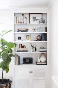 Tips, tricks, and designer's essentials for styling a built-in bookshelf on coco+kelley!