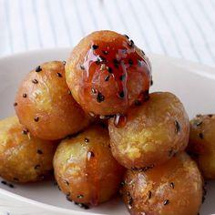 「コロンと可愛い 大学芋ボール」の作り方を簡単で分かりやすい料理動画で紹介しています。さつまいもの美味しいレシピ「大学芋」を、コロンと可愛いボール型にしました。可愛い見た目でお子さんも喜んでくれるはずです!お弁当に入れるのもおすすめです。あまじょっぱいたれがよく絡み、美味しくてパクパク食べられちゃいます。ぜひ作ってみてくださいね。