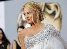 Frisur für Kleid mit einem Träger -tiefer-dutt-flechtfrisur-Blake-Lively