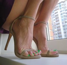 I'm a guy, tattoed, with a little love for woman in sexy heels. Open Toe High Heels, Hot High Heels, High Heels Stilettos, Stiletto Heels, Pumps, Pretty Heels, Beautiful Heels, Talons Sexy, Sexy Sandals