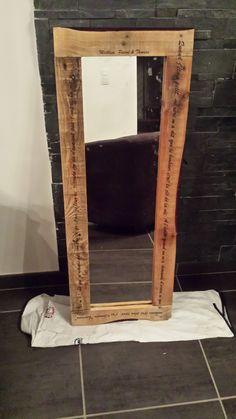 Miroir en bois de palettes recyclées avec texte gravé.     #PalletMirror, #ReclaimedPallet, #RecycledPallet