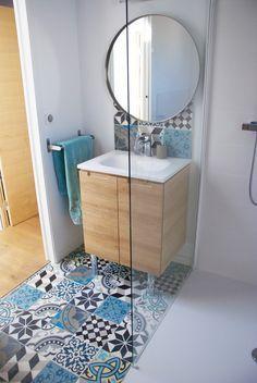 Le coin salle de bain entre modernité et rétro, avec ces très jolis carreaux de ciment et le côté épuré de la douche très minimaliste