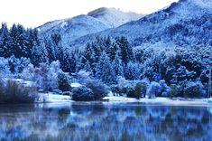 Villa La Angostura es el lugar perfecto para practicar snowboard en el invierno. En la primavera, hay muchas hermosas montañas verdes.