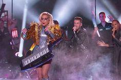 Mas logo foi pro chão, onde Gaga arrasou cantando seus maiores hits. Em um momento, a cantora vestiu essa jaqueta dourada com spikes e tiras holográficas