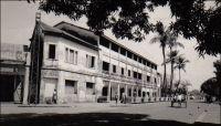 Conakry, hôtel du Niger. – Cet établissement a été fondé, comme le Grand Hôtel, par un entrepreneur corse dans l'entre deux guerres. Celui-ci, Jean-Babptiste Ferracci, né en 1884 à Sartène, était arrivé en Guinée à l'âge de 19 ans pour y exercer le métier d'agent de commerce. En 1938, son accession à la direction de l'Office guinéen des caoutchoucs et des palmistes consacre sa réussite professionnelle. Egalement investi dans la vie commune et dans la défense de la condition des indigènes…