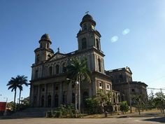 El Catedral de Santiago es cerca de la Plaza de la República en el Managua Centro Histórico. Un terremoto en 1972 rompió el catedral, pero quieren reconstruirlo.