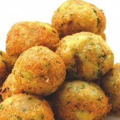 Receita de Bolinho de Bacalhau Português - 2 kg de batata, 700 gr de bacalhau, 2 unidades de ovo, 1 xícara (chá) de farinha de trigo, 1 pitada de pimenta-do...