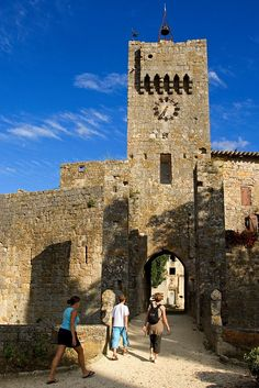 """Le #village fortifié de Larressingle (dont la visite libre est gratuite) est l'endroit le plus visité du #Gers. Il est classé parmi les """"Plus Beaux #Villages de #France"""" #Visite #Visiter #Patrimoine #MoyenAge"""