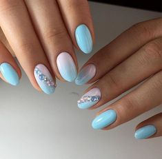 Professional or amateur, creating a nice nail art is now available to everyone who wants to wear perfect hands and nails. Inescapable trend in the field of nail art, the shaded manicure makes the. Cute Spring Nails, Spring Nail Art, Nail Designs Spring, Nail Art Designs, Design Art, Nails Design, Design Ideas, Glitter Gradient Nails, Blue Nails
