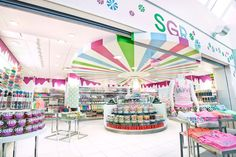 USA. The boutique offers an array of high quality confectionery along with a selection of apparel, beauty products, books, jewellery and home décor.