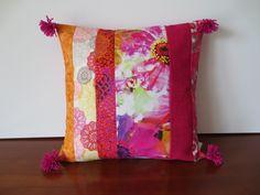 Housse coussin printemps bohème fuchsia et orange : Textiles et tapis par michka-feemainpassionnement