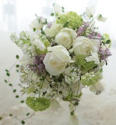 パレスホテル様へお届けしたクラッチブーケ。時間がなくてなんとか撮った写真で申し訳ない次第ですがお届けしたアシスタントアシヤマさんが、とても喜んでくださった... Romantic Wedding Colors, Romantic Flowers, Bridal Flowers, Love Flowers, Floral Wedding, Wedding Details, Wedding Bouquets, Greece Wedding, Flower Arrangements