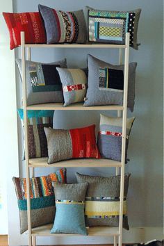 Resultado de imagen para how to display cushions at a craft fair Craft Stall Display, Craft Fair Displays, Display Ideas, Store Displays, Upcycled Home Decor, Home Decor Items, Ikea, Cushion Cover Inspiration, Pillow Crafts