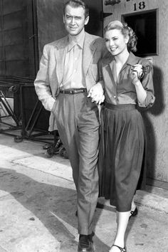 Jimmy Stewart et Grace Kelly - 1954 #elegance #style #menstyle #beauty #beautiful #grace #stewart #american #casual #icone #star #50s #cinema #hollywood #homme #men #annees50 #vintage #photography #male #classic #couple #love