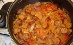 saucisses, tomate, oignon, ail, thym, sel, poivre, curcuma, piment, huile d'olive