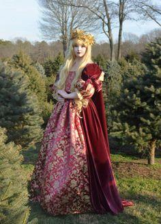 ルネサンスの女神のような、ゴージャスな美女。アンジェラさんは18歳にも関わらず、次々と美しいドレスを作り出すことで話題になっています。 もともと、コスプレに興味があったという彼女。歴史上の人物や、美術作品に影響されて作成することが多いようです。彼女のPintarestなどを覗くと、注目している人物や